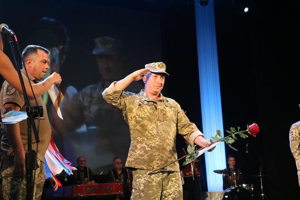 До Кропивницького із зони ООС повернувся 42-й батальйон. ФОТО - 7 - Події - Без Купюр