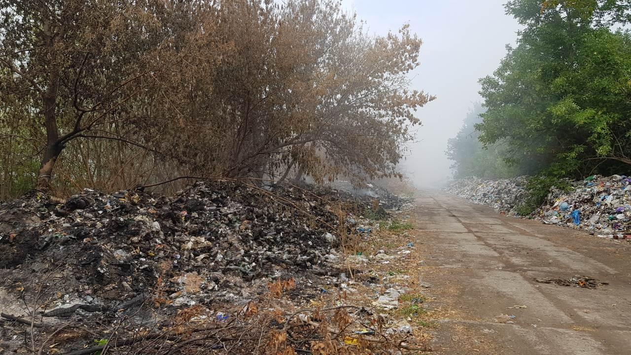 Біля Смоліного горіло 5 гектарів сміття, люди тиждень скаржаться на дим і сморід. ФОТО. ВІДЕО - 1 - Вiдео - Без Купюр