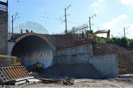 """Реконструкція """"Арки"""" триває: будівельники укріплюють портали та готують дорогу під будівництво. ФОТО"""