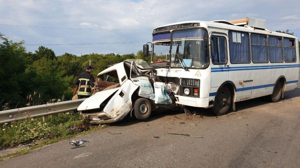На Кіровоградщині зіткнулися легковий автомобіль та автобус - 2 - За кермом - Без Купюр