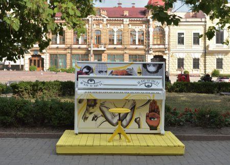Оновлене вуличне піаніно з'явилося у Кропивницькому на новій локації. ФОТО