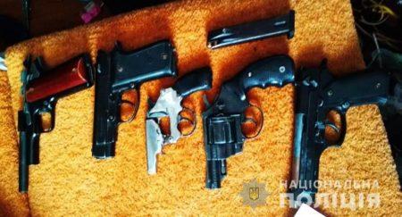 У жителів Кіровоградщини вдома знайшли зброю та наркотики