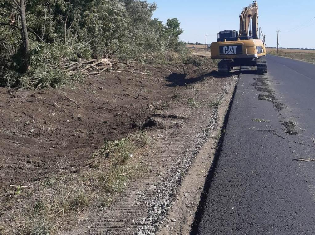 Без Купюр На ділянці дороги М-12 триває облаштування узбіч За кермом  ремонт М-12 дороги