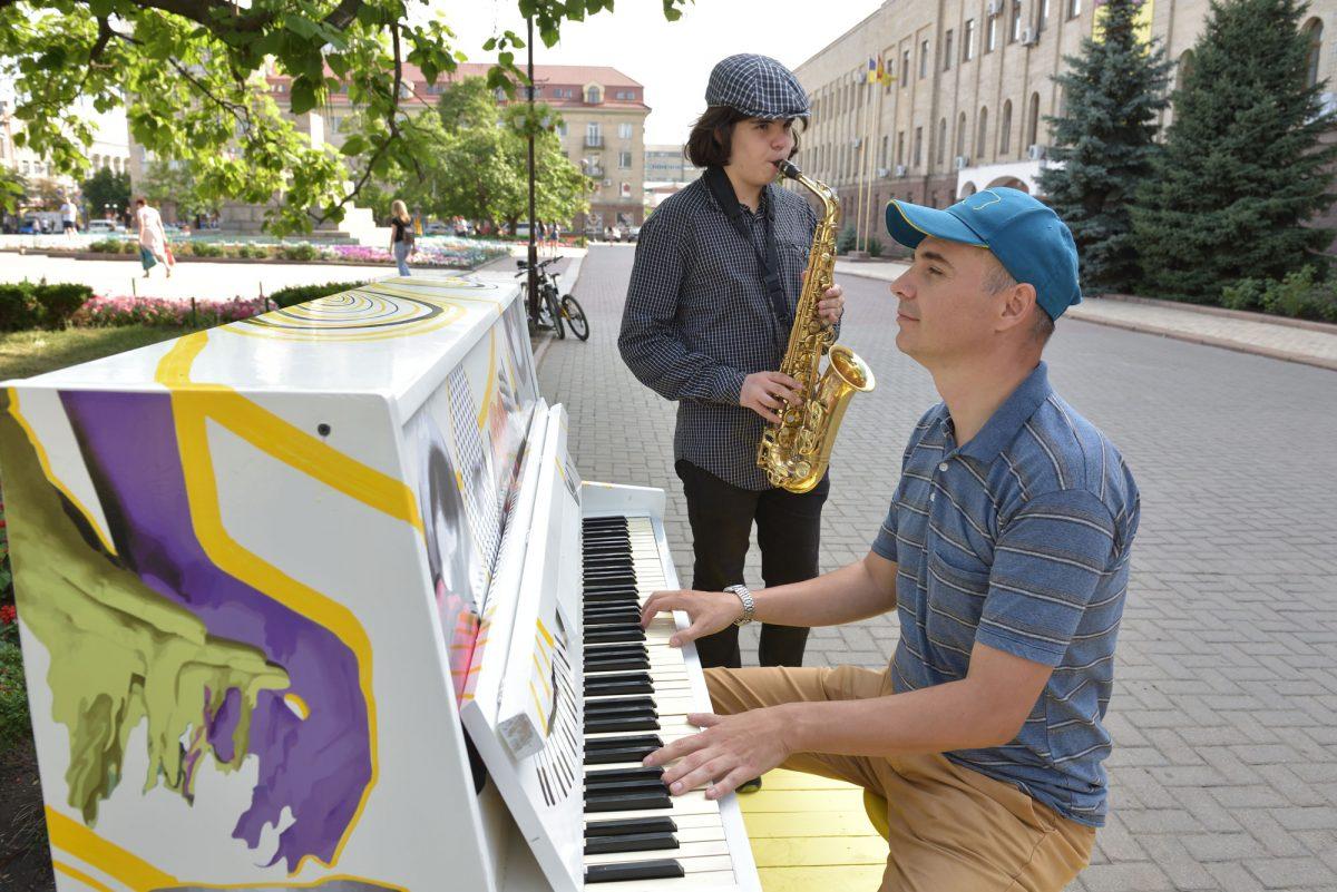 Без Купюр У Кропивницькому оголосили конкурс на кращу гру на вуличному піаніно Життя  навушники Інстаграм вуличне піаніно відео