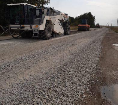 На ділянці дороги М-12 триває облаштування узбіч