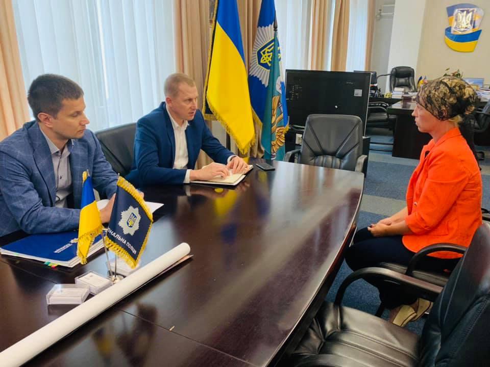 Перший заступник голови Нацполіції України зустрівся з матір'ю Діани Хріненко. ФОТО - 1 - Кримінал - Без Купюр
