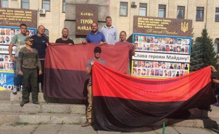 На центральній площі Кропивницького оновили прапор на честь річниці окремої роти 17-го батальйону. ФОТО