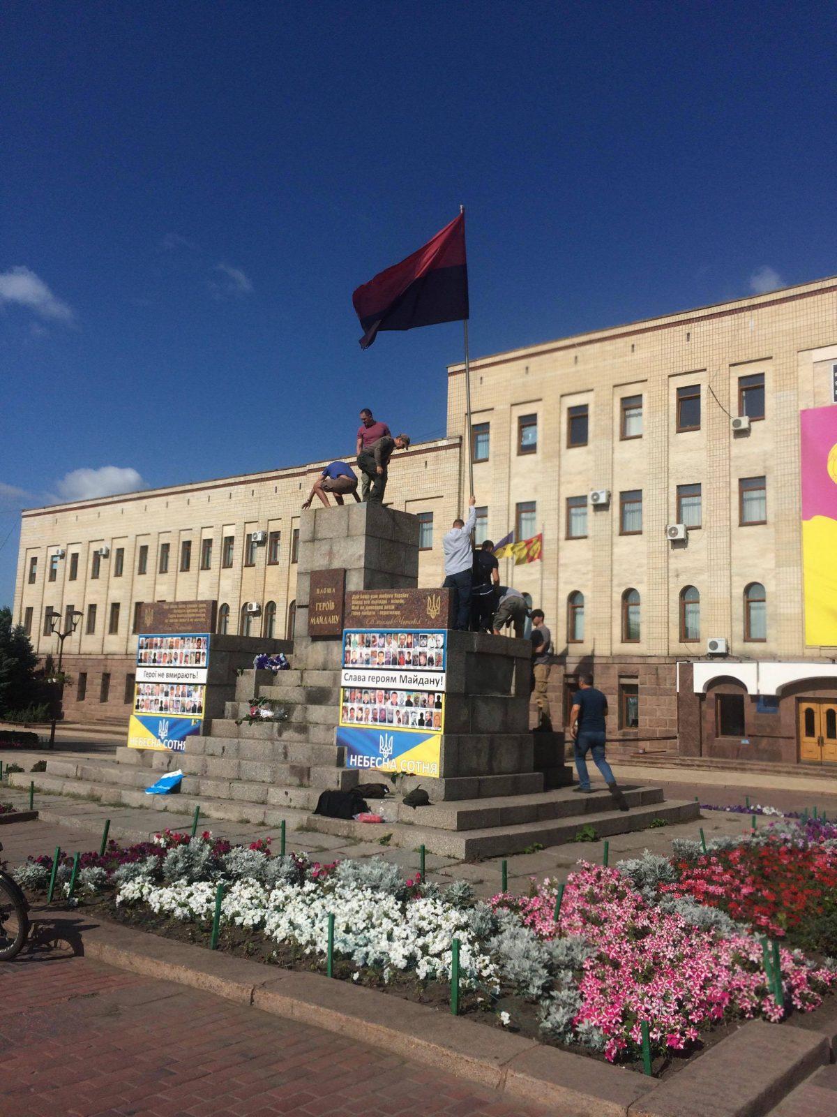 Без Купюр На центральній площі Кропивницького оновили прапор на честь річниці окремої роти 17-го батальйону. ФОТО Війна  червоно-чорний прапор пам'ятник військовослужбовці Вєхтєв АТО