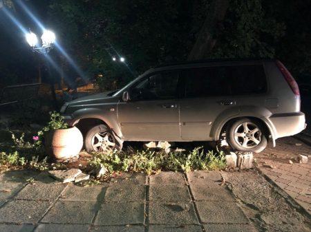 На Кіровоградщині водій не впорався з кермуванням і зніс кам'яно-бетонний паркан