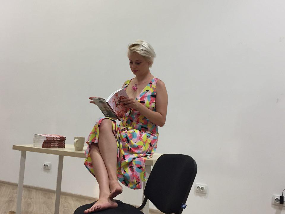 Поетеса Олександра Гонтар презентувала свою авторську збірку «Жери землю» у Кропивницькому - 1 - Події - Без Купюр