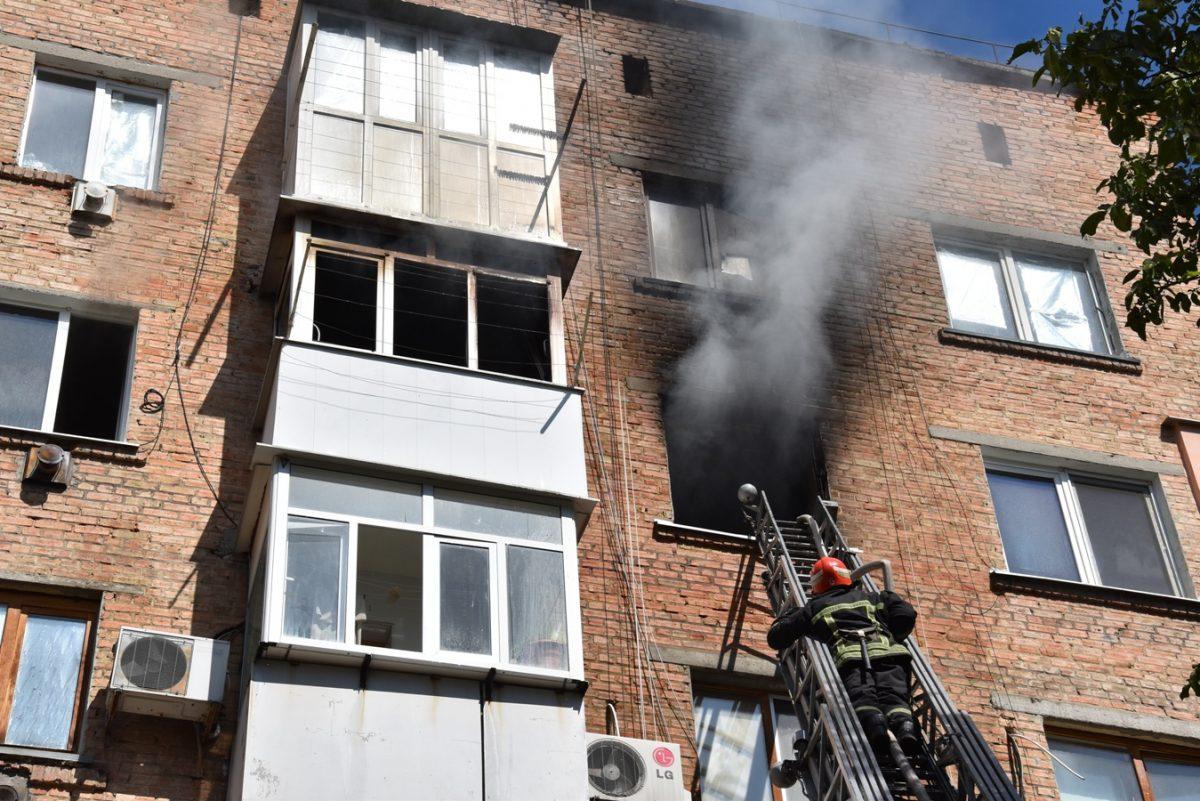 У Кропивницькому горіла квартира на 4-ому поверсі. ВІДЕО - 1 - Події - Без Купюр