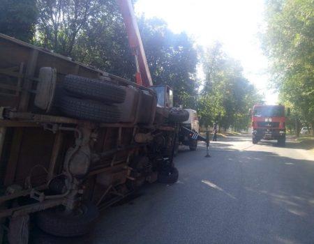 У Кропивницькому внаслідок ДТП перекинулася автівка. ФОТО