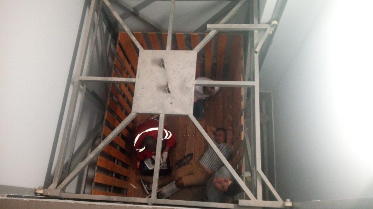Двох людей у Гайвороні госпіталізували через падіння вантажного ліфта. ФОТО - 1 - Події - Без Купюр