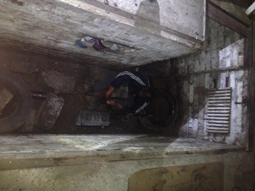 Без Купюр У Кропивницькому опівночі рятувальники діставали з гаражної ями травмованого чоловіка. ФОТО Життя  рятувальники гараж