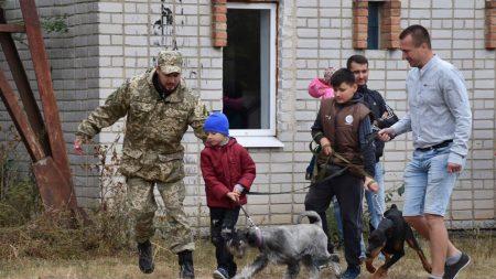 """У Кропивницькому поліцейські провели для дітей заняття гуртка """"Юний кінолог"""". ФОТО"""