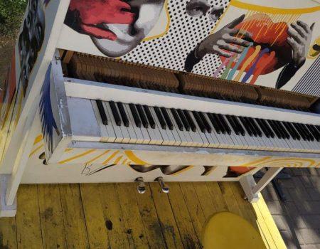 Вандали пошкодили вуличне піаніно перед облдержадміністрацією. ФОТО
