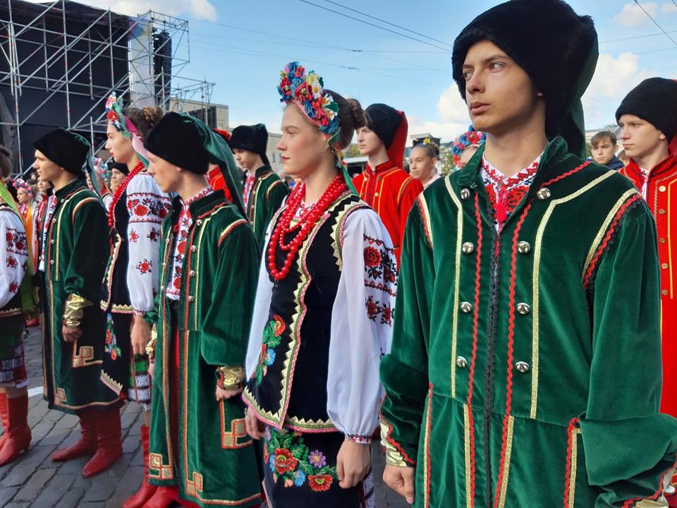Танцювальні колективи привітали кропивничан з Днем міста парадом. ФОТО - 1 - Життя - Без Купюр