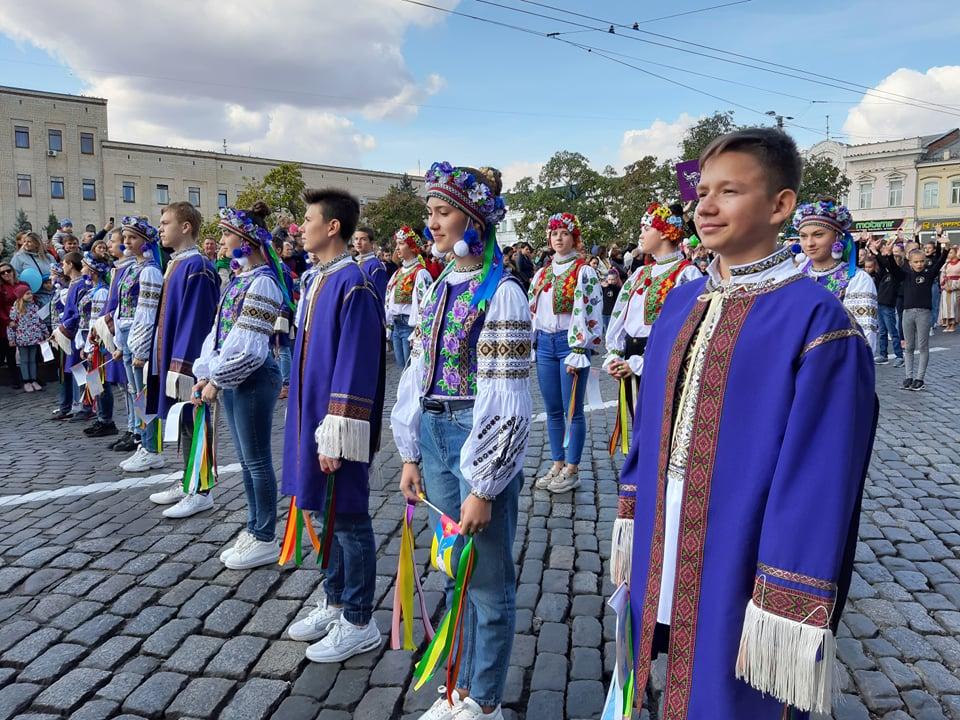 Танцювальні колективи привітали кропивничан з Днем міста парадом. ФОТО - 2 - Життя - Без Купюр