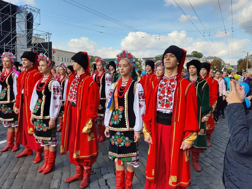 Танцювальні колективи привітали кропивничан з Днем міста парадом. ФОТО - 3 - Життя - Без Купюр