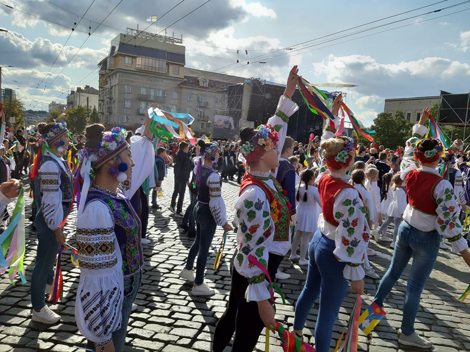 Танцювальні колективи привітали кропивничан з Днем міста парадом. ФОТО - 5 - Життя - Без Купюр