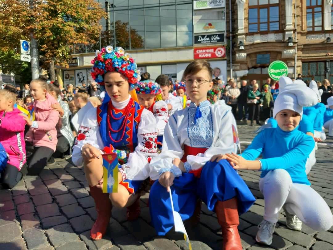 Танцювальні колективи привітали кропивничан з Днем міста парадом. ФОТО - 11 - Життя - Без Купюр