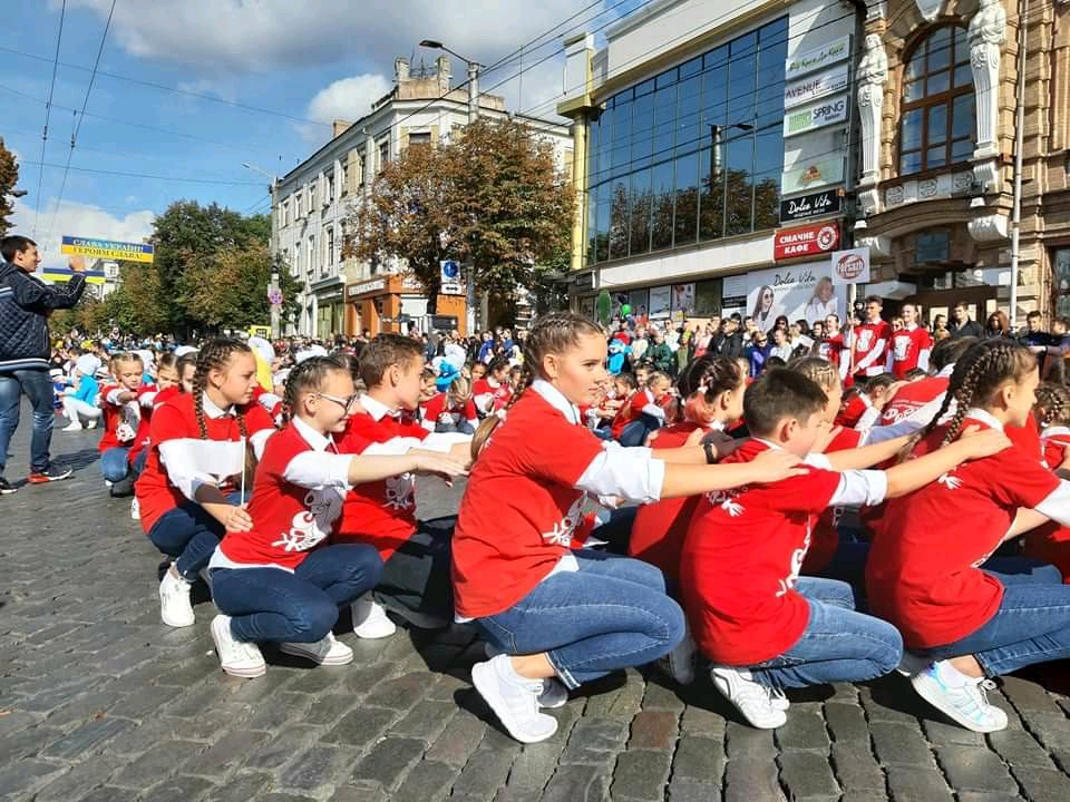 Танцювальні колективи привітали кропивничан з Днем міста парадом. ФОТО - 14 - Життя - Без Купюр