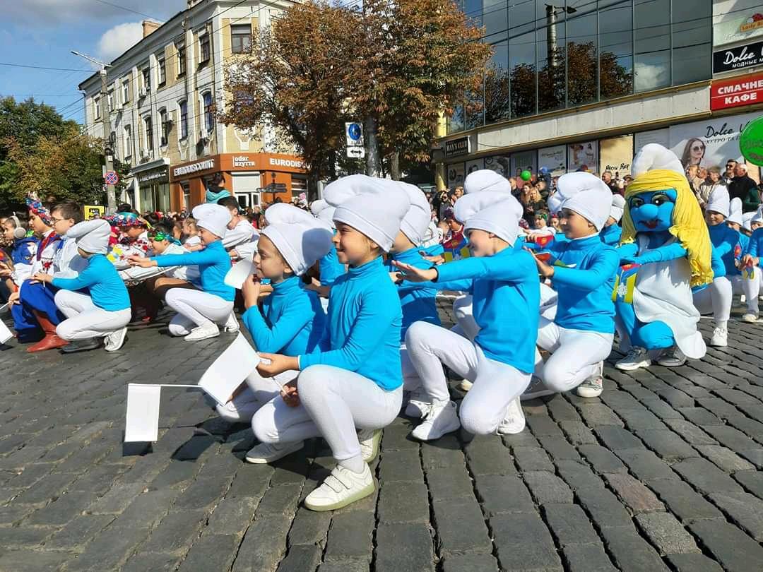 Танцювальні колективи привітали кропивничан з Днем міста парадом. ФОТО - 13 - Життя - Без Купюр