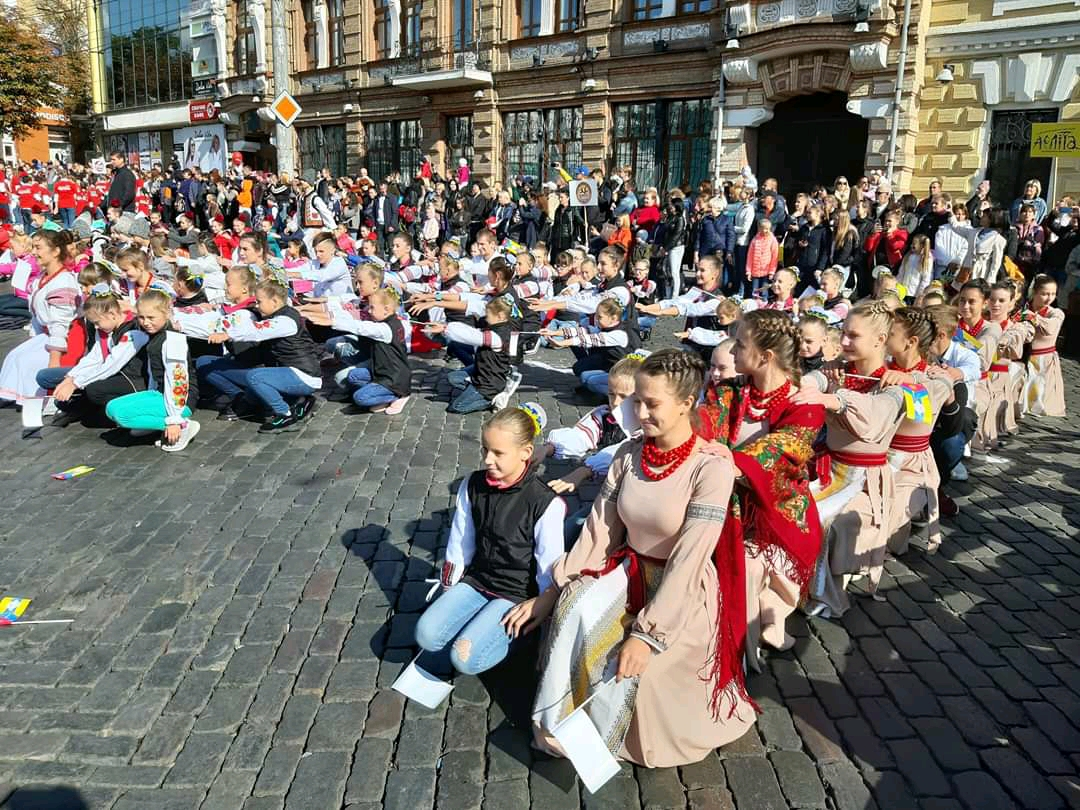 Танцювальні колективи привітали кропивничан з Днем міста парадом. ФОТО - 15 - Життя - Без Купюр