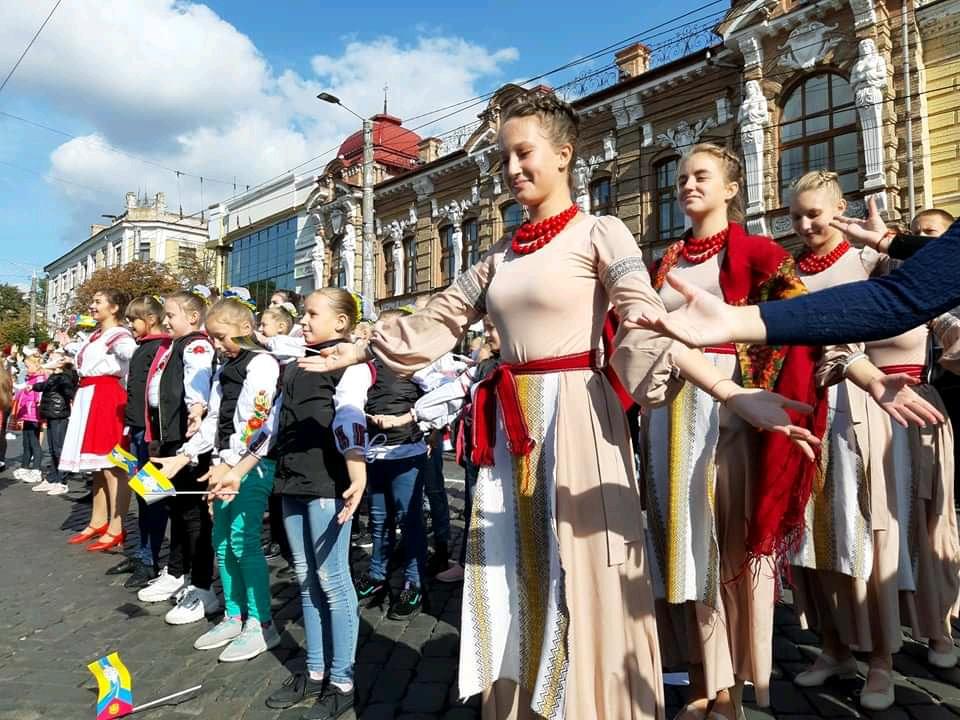 Танцювальні колективи привітали кропивничан з Днем міста парадом. ФОТО - 8 - Життя - Без Купюр