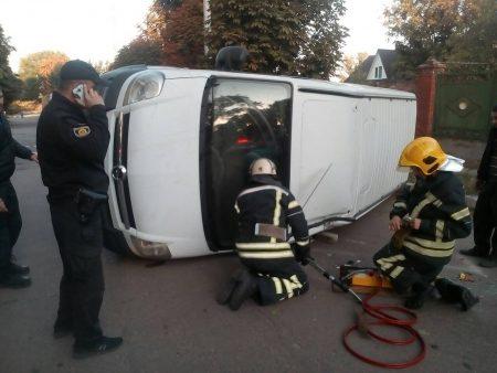 Водій і пасажир виявилися заблокованими в мікроавтобусі, що перекинувся в Олександрії. ФОТО