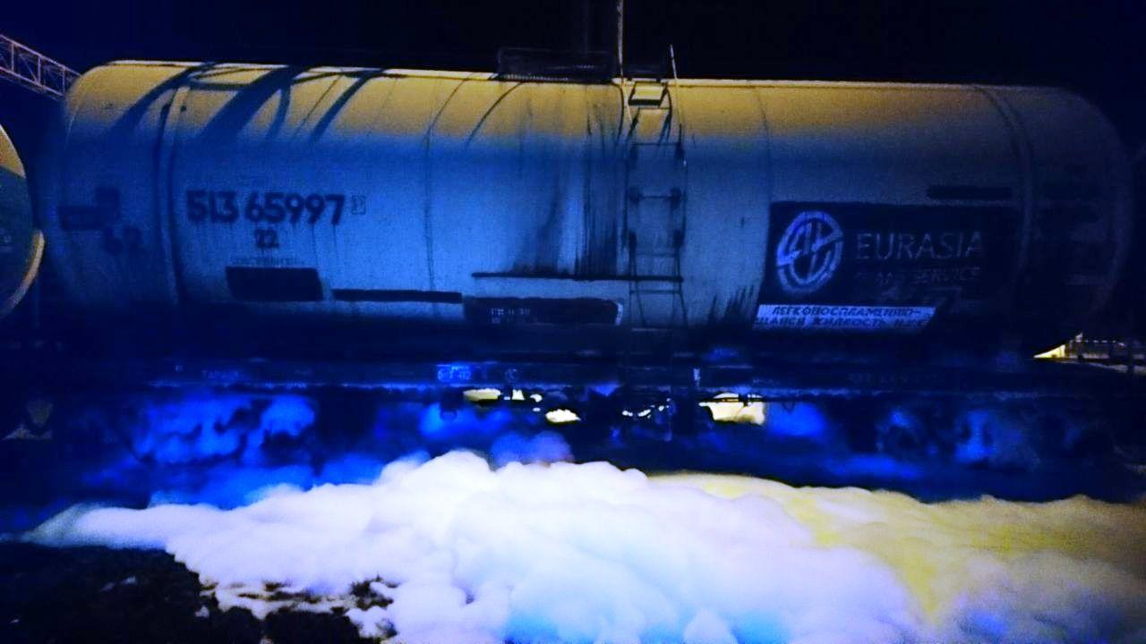 Без Купюр Рятувальники запобігли займанню вагона-цистерни з бензолом у Долинському районі Події  Укрзалізниця рятувальники бензол