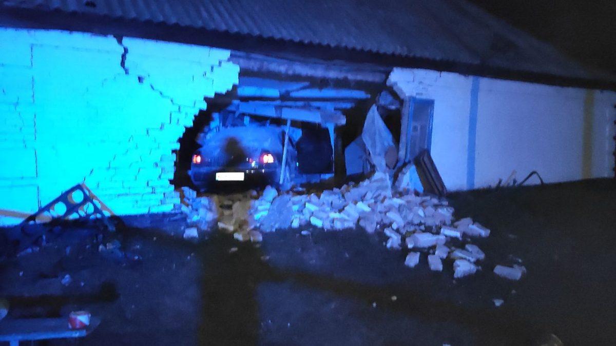 Без Купюр На Кіровоградщині «Volkswagen» влетів у будівлю - пасажир загинув на місці За кермом  пасажир Олександрія ДТП