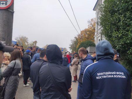 Під апеляційним судом мітингують на підтримку підозрюваного в обстрілі обійстя прокурора. ФОТО