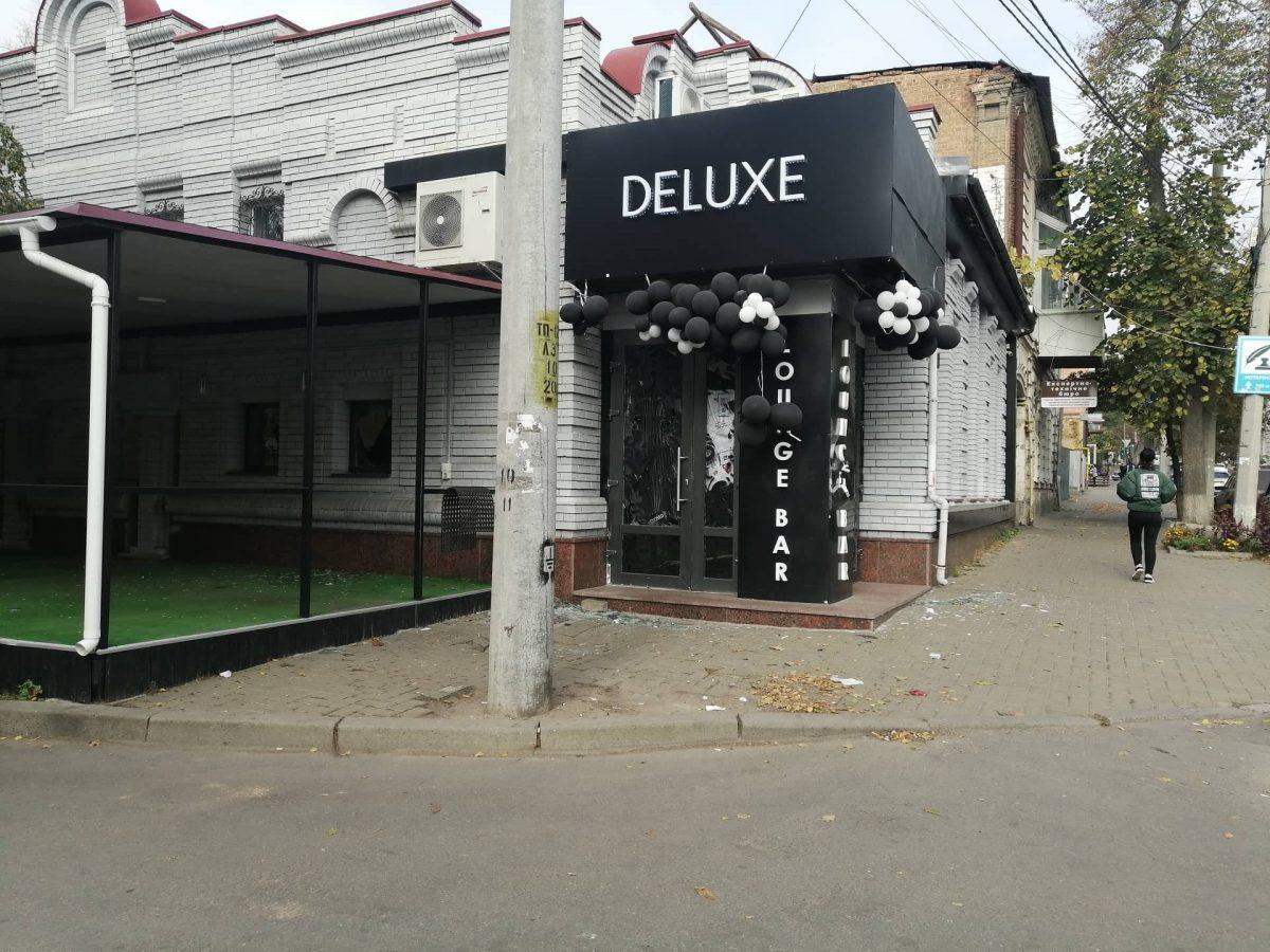 Без Купюр У центрі Кропивницького невідомі в масках розгромили ресторан. ФОТО Кримінал  ресторан поліція погром Делюкс