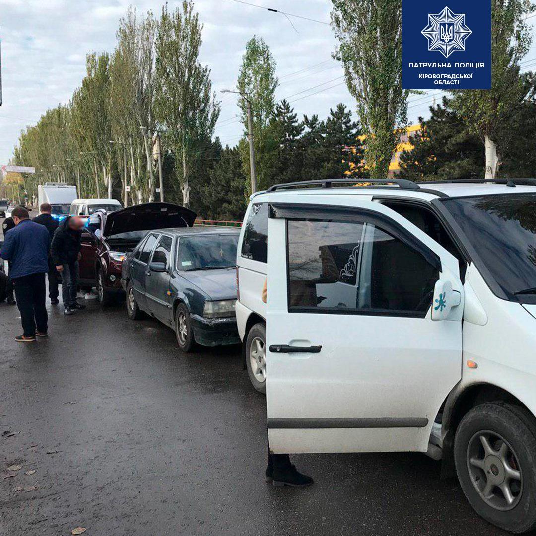 Без Купюр У Кропивницькому сталася ДТП за участі трьох автівок. ФОТО За кермом  Патрульна поліція ДТП