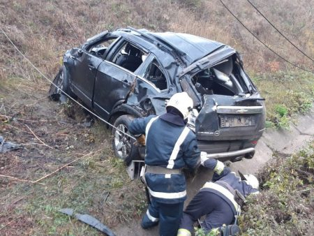 Смертельна ДТП на Кіровоградщині: автомобіль злетів із мосту на залізничні колії. ФОТО