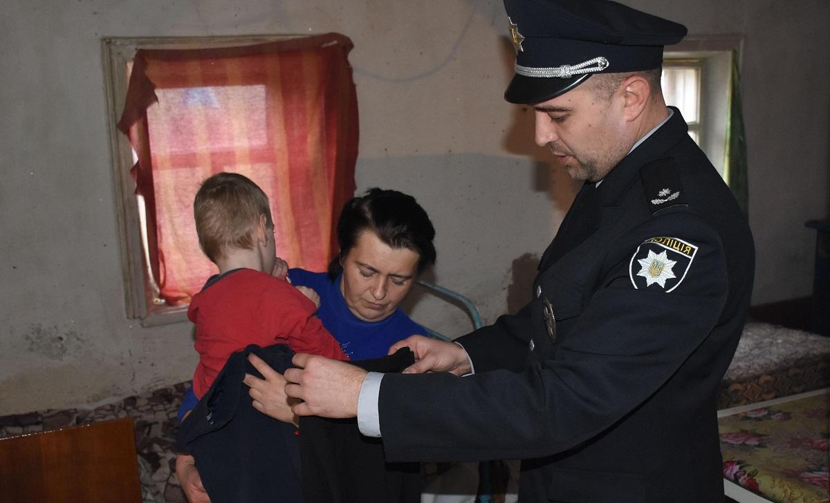 Без Купюр Правоохоронці передали дитячий одяг родинам Кропивницького району, які потребують допомоги Життя  Національна поліція Акція
