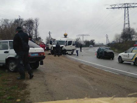 На Кіровоградщині мікроавтобус зіштовхнувся з легковиком, є постраждалі