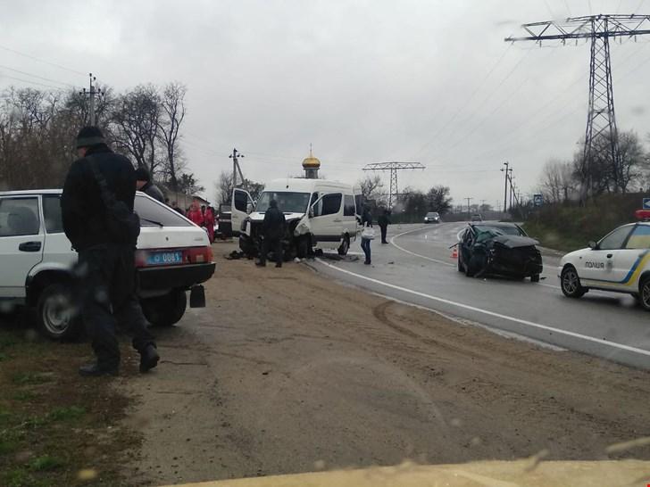 Без Купюр На Кіровоградщині мікроавтобус зіштовхнувся з легковиком, є постраждалі За кермом  Олександрівка Аварія