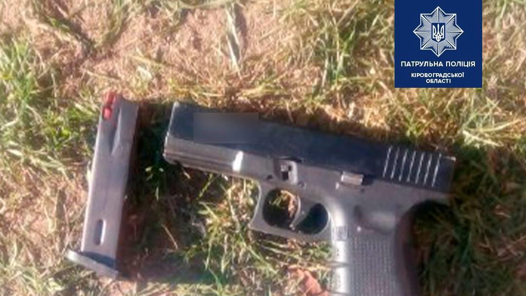 Без Купюр У Кропивницькому п'яний погрожував перехожим пістолетом. ФОТО Кримінал  поліція пістолет Кропивницький