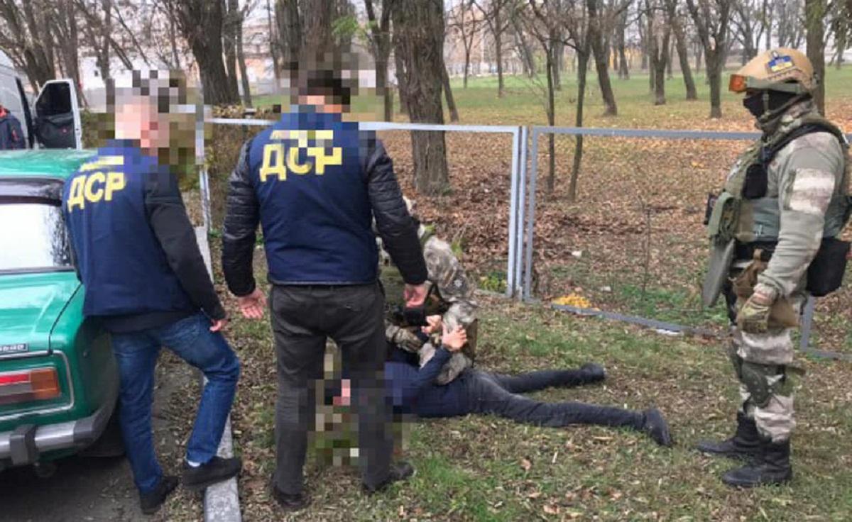 """Двох жителів Кіровоградщини затримали за """"вибивання"""" коштів. ФОТО"""