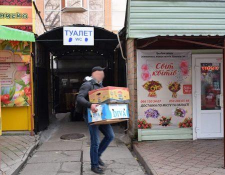 Торговець, якого звинуватили у зберіганні яблук в туалеті, зняв відео-спростування. ВІДЕО