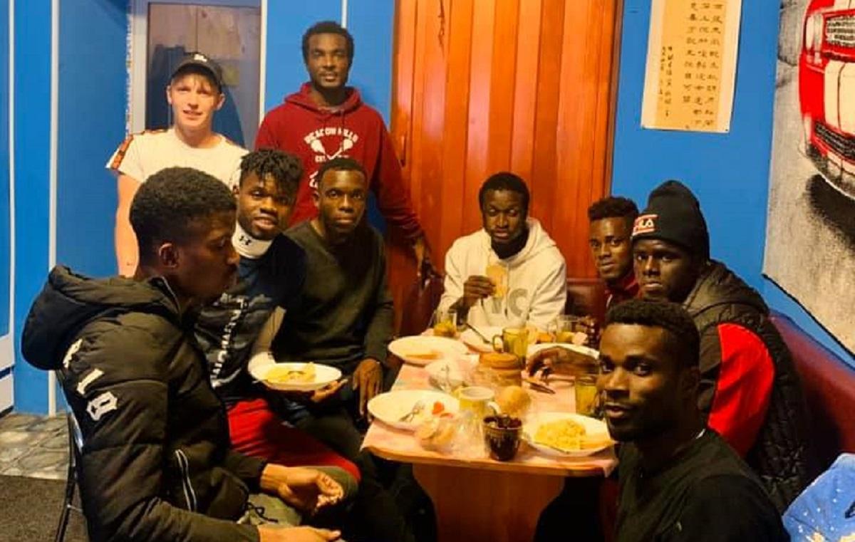 Без Купюр Футболісти з Африки через обман залишилися на вулиці та шукають роботу Кримінал  Дім Милосердя