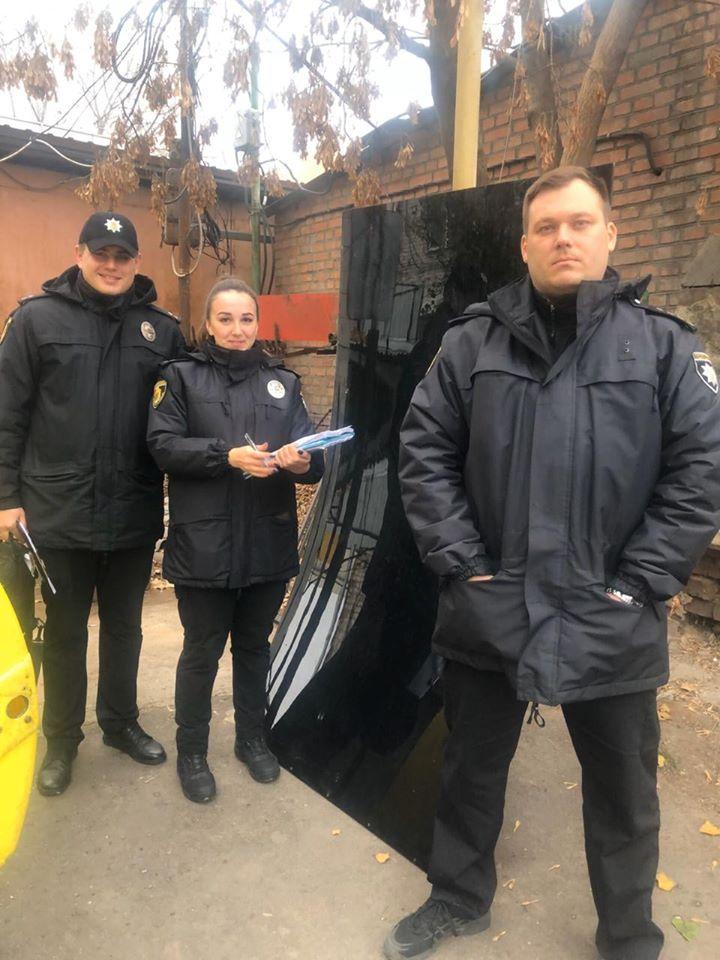 Без Купюр Поліція знайшла викрадені елементи конструкції зупинки, яку зруйнували в Кропивницькому Кримінал  центральний ринок зупинка