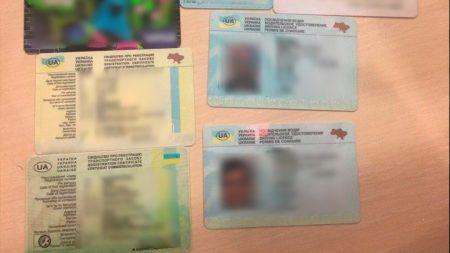 У Кропивницькому затримали чоловіків із чужими водійськими посвідченнями та документами на автівки