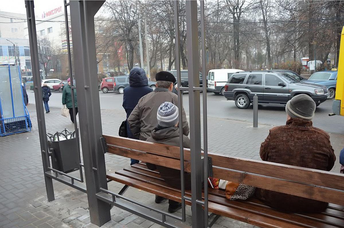 У Кропивницькому вандали зруйнували нову щойно встановлену зупинку громадського транспорту