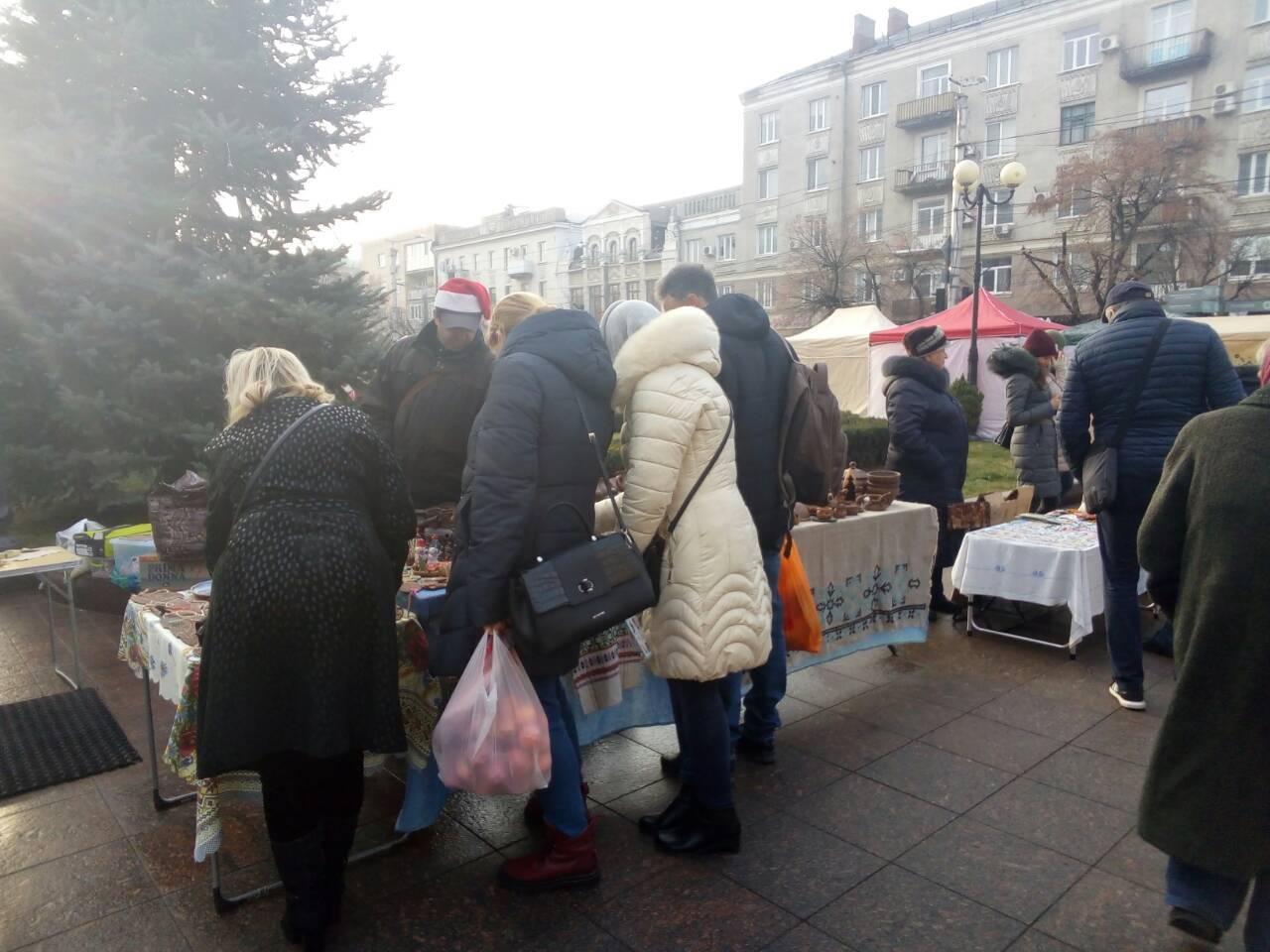 Без Купюр Ярмарок святковий, ціни - звичайні: перед міськрадою торгували продуктами та сувенірами. ФОТО Події  ярмарок ціни Кропивницький