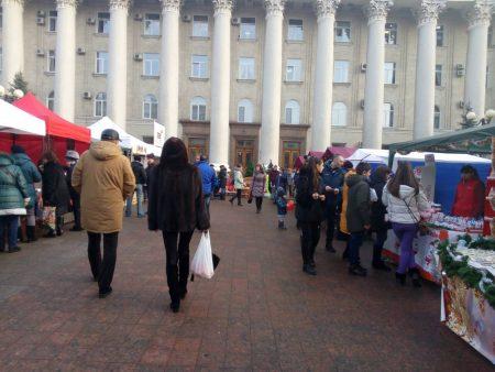 Ярмарок святковий, ціни – звичайні: перед міськрадою торгували продуктами та сувенірами. ФОТО