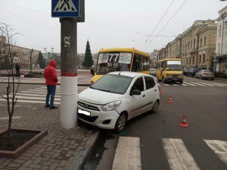 На перехресті вулиць Великої Перспективної і Чміленка зіштовхнулись автівка з маршруткою. ФОТО