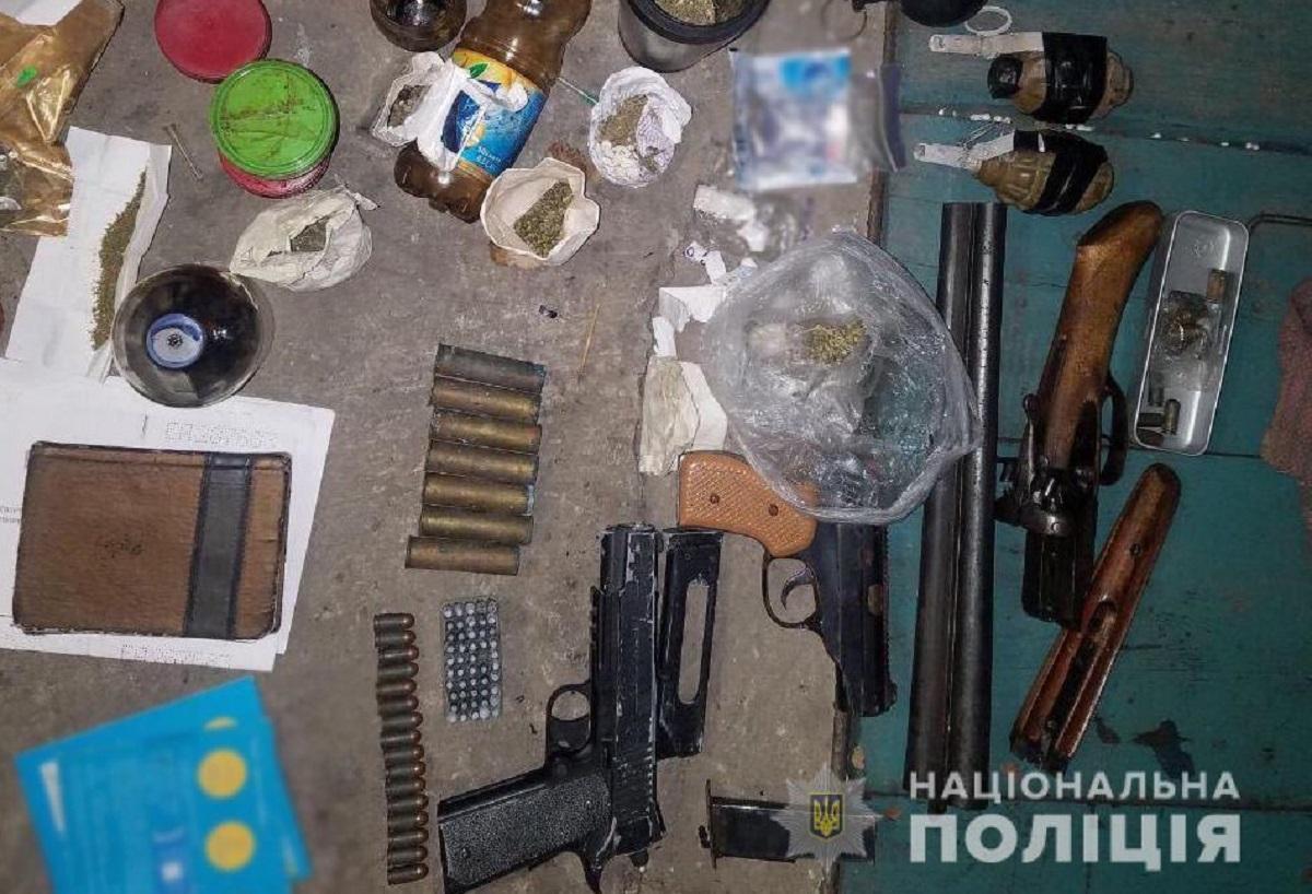 Без Купюр У жителя Кіровоградщини знайшли вдома зброю, боєприпаси та наркотики Кримінал  Національна поліція Кіровоградщина